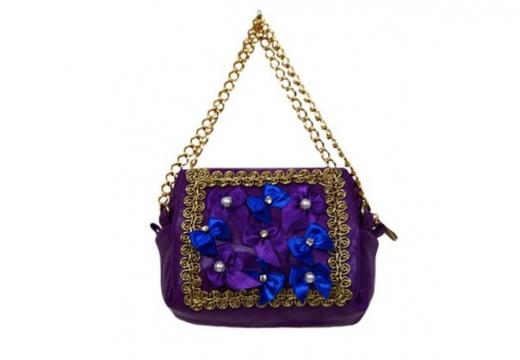 маленькая сумочка на цепочке.