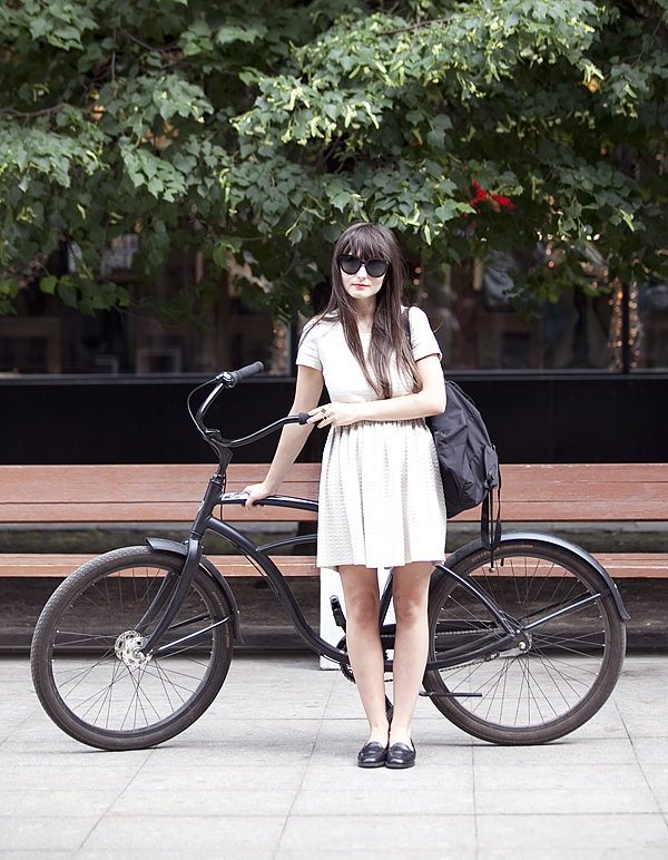Девочки на велосипедах в юбках