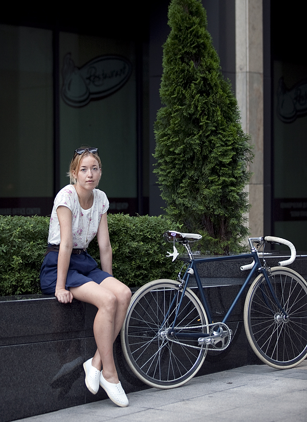 Кататься в платье на велосипеде