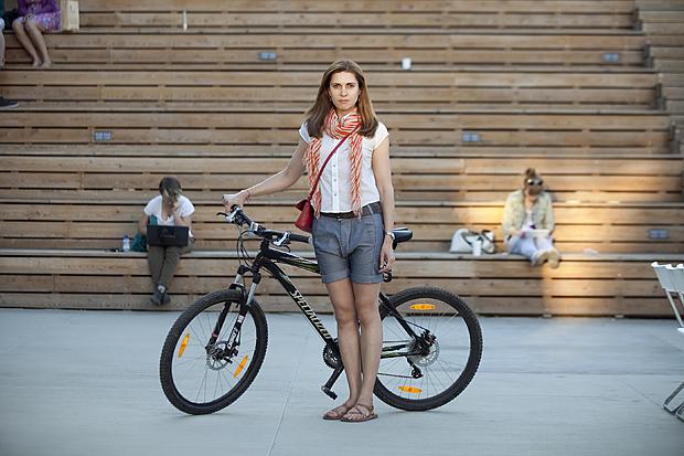 Девушки на велосипеде в юбке видео