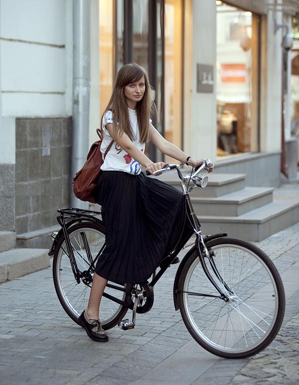 Фото девушек в юбке на велосипеде