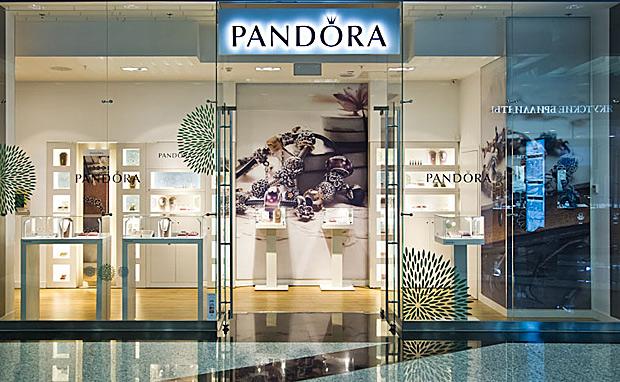 На первом этаже торгового комплекса галерея аэропорт открылся фирменный ювелирный магазин pandora