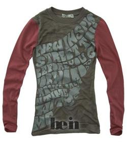 Коричневая футболка с длинными красными рукавами и принтами, магазин Sela
