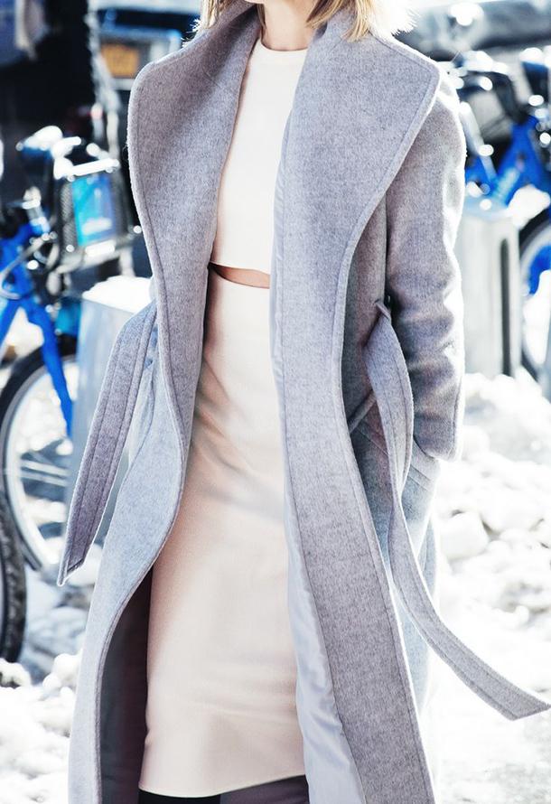 Нежность как она есть: бежевый костюм и нежно-серое пальто