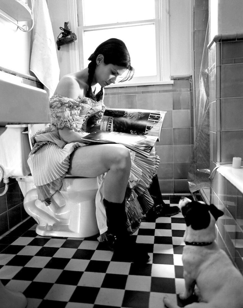 Фото юные девочки писают в туалете 24 фотография