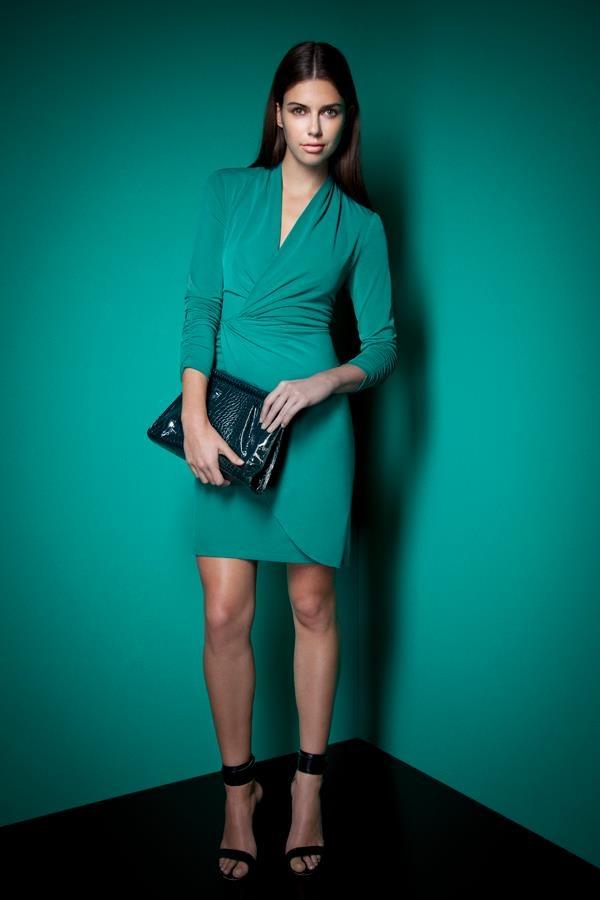Какие колготки одеть к зеленому платью