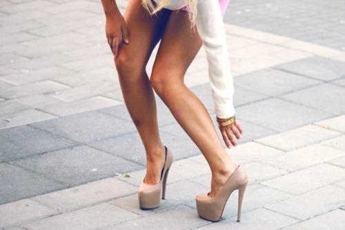 blondinka-noga-na-nogu